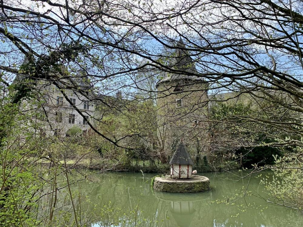 Tourisme | Classée au patrimoine de Wallonie depuis 1988, la tour Grignard ou tour colombier du chateau de Fallais est située à l'arrière du quadrilatere medieval | Parc naturel Burdinale Mehaigne | Terres de Meuse | Province de Liège | Tous droits réservés Carine Goffin Lion pour The traveling Lions