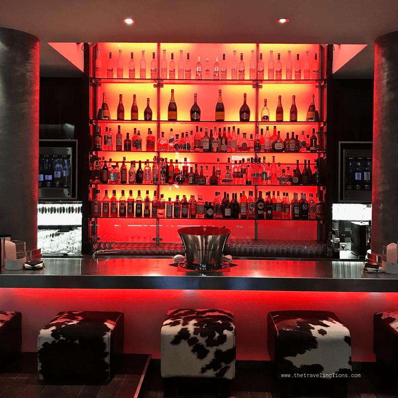 Le magnifique et luxueux bar design de l'Avenue Lodge, dessiné par l'architecte Jean Philippe Nuell, à Val d'Isère (lignes)