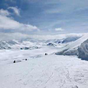Vue grandiose au sommet d'une piste verte de Val d'Isère. même les skieurs débutants peuvent profiter d'un spectacle magnifique!