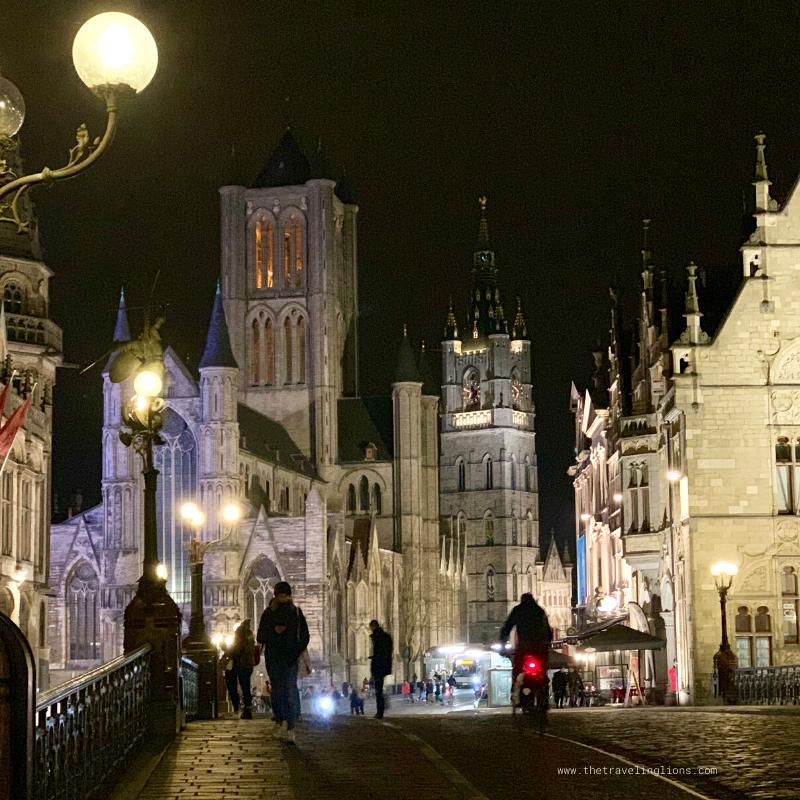 Centre historique de Gand de nuit. Vue du Pont Saint-Michel sur le Mahattan du Moyen-age, avec l'ancienne poste, l'église Saint-Nicolas, le beffroi et la Halle aux draps, copyright Carine Goffin Lion pour The traveling Lions