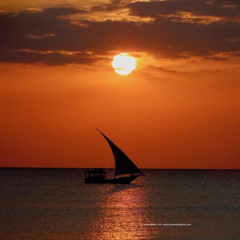 Dhow traditionnel, au coucher du soleil, plage de Kendwa, Unguja, Zanzibar