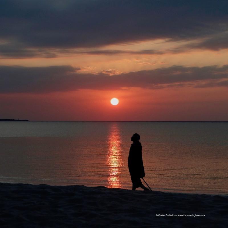Gardien Masaï au coucher de soleil, sur la plage de Kendwa