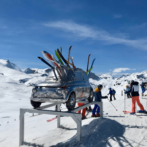 """""""Go to Ski"""", la trop belle Fiat 500, oeuvre de Stéphane Cipre, sculpteur, sur les sommets de Val d'Isère, village de montagne typique et station de ski mythique des Alpes du nord, en France"""