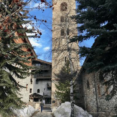 Au pied de l'église baroque de Val d'Isère, village de montagne authentique au charme fou