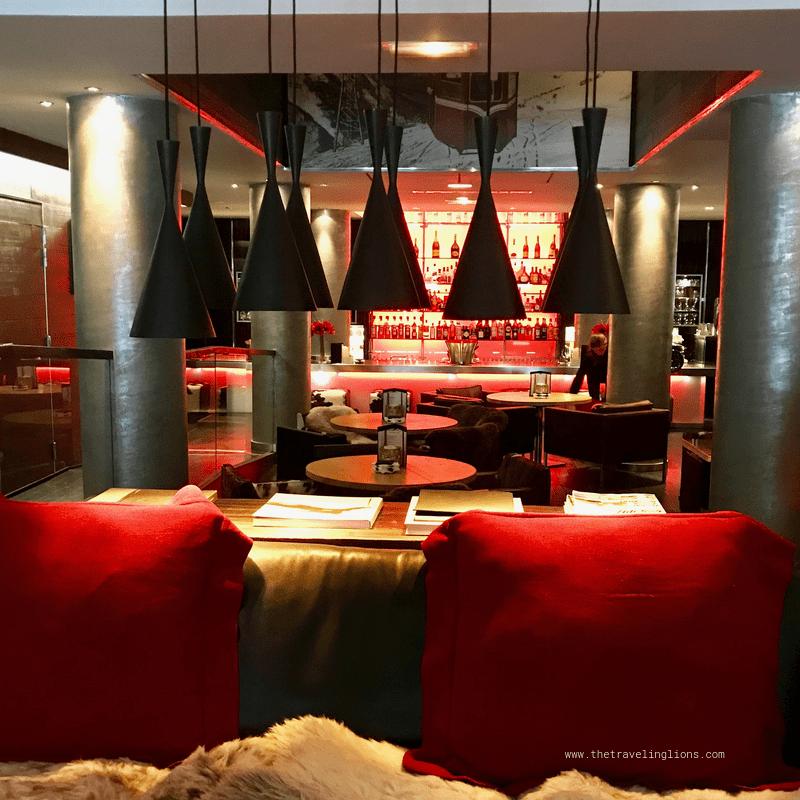 Le magnifique bar de l'hôtel 5 étoiles Avenue Lodge à Val d'Isère (Tignes), une station de ski de luxe en Savoie, dans les Alpes