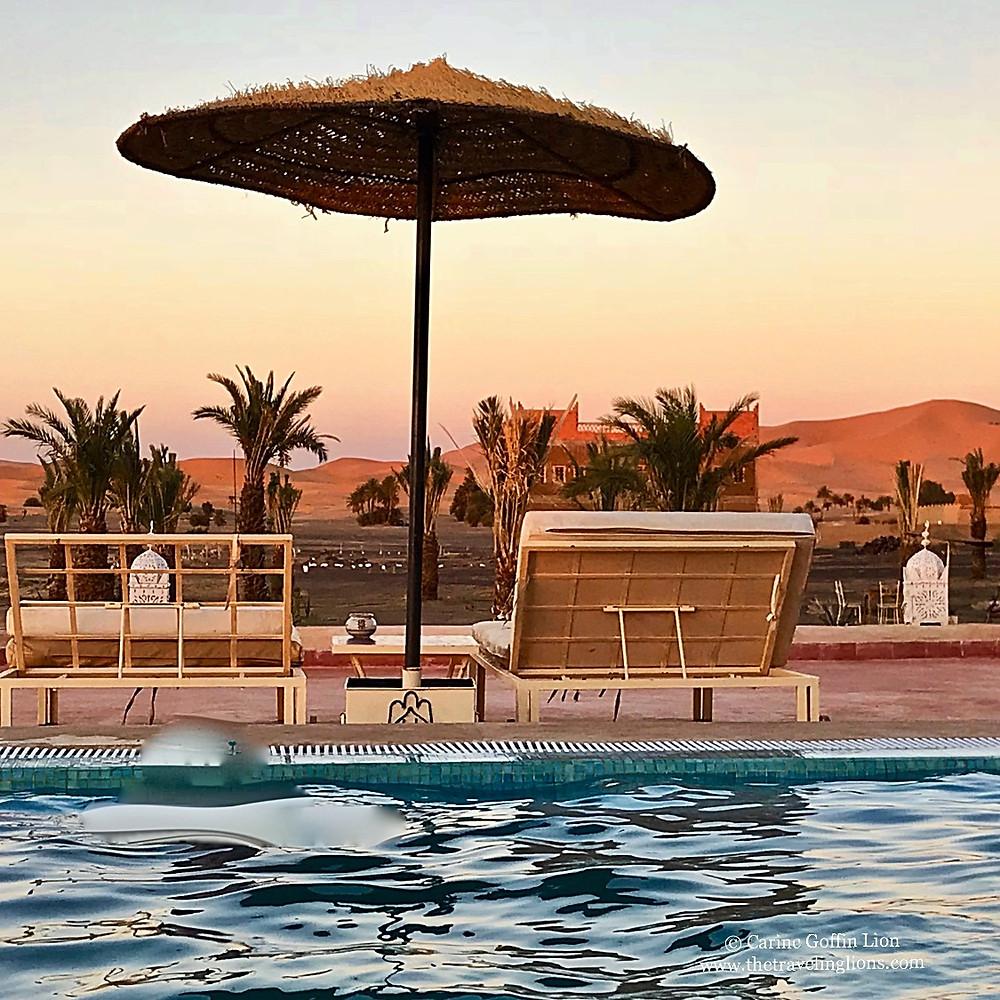 Riad Madu, Merzouga, vue de la piscine et des dunes de l'Erg Chebbi
