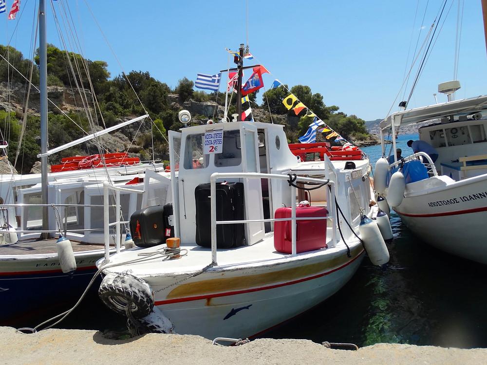 Les bateaux-bus du port de Plaka