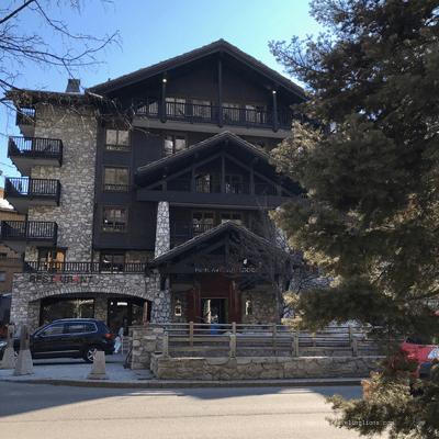 Façade de l'hôtel Avenue Lodge, 5 étoiles à Val d'Isère, village de montagne authentique dans le parc national de la danoise, dans les alpes françaises du nord
