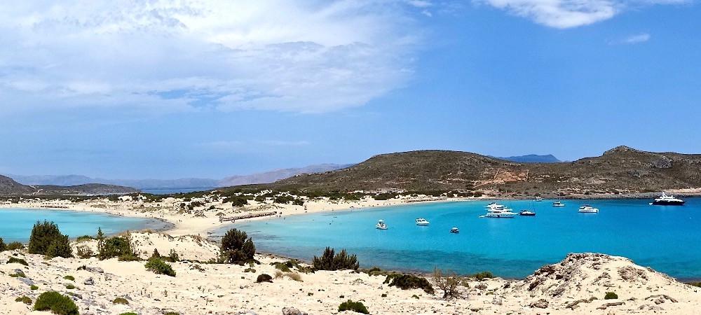 Pittoresque et paradisiaque, la plage de Simos est localisée sur l'île d'Elafonisos, dans le Péloponnèse, en Grèce
