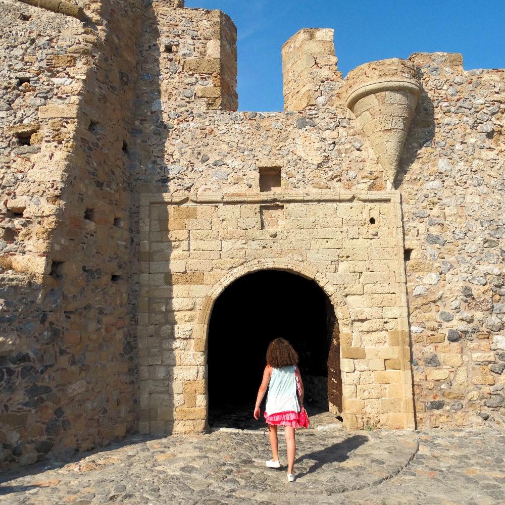 L'entree de la ville historique de Monemvasia, dans le sud du peloponnese, en grece