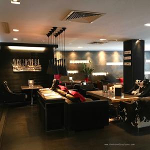 Vue partielle sur le lobby de l'Avenue Lodge, hôtel et spa de luxe à Val d'Isère (5 étoiles)