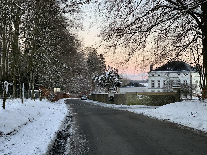 Le château de Recogne (Bastogne), dans les Ardennes belges,au coucher de soleil et sous la neige.