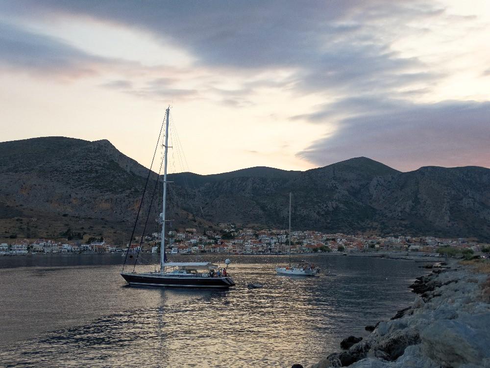 Coucher de soleil sur le port de monemvasia, peloponnese, grece