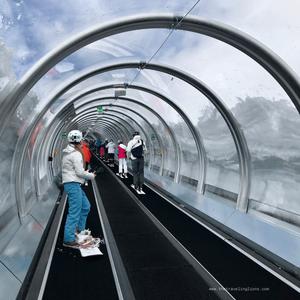 Tunnel moderne avec tapis roulant, pour remplacer un téléski et remonter la pente à Val d'Isère, station de ski française dans les Alpes du nord