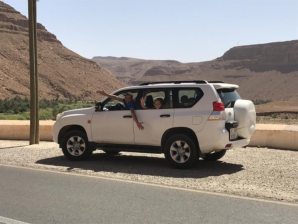 experience haut de gamme, experience luxe d'avoir un guide prive pour un road trip, photo de notre guide  lors de notre voyage prive en famille au Maroc