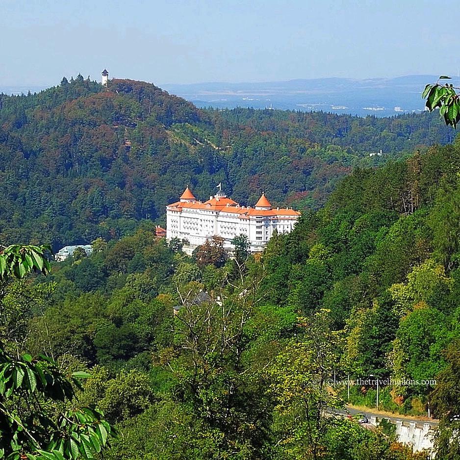 vue sur l'hôtel Imperial entouré de forêts, Karlovy Vary, CZ