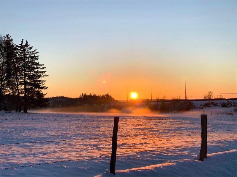 Effet d'optique, Double soleil au coucher du soleil, paysages enneigés et brume dans les campagnes ardennaises belges