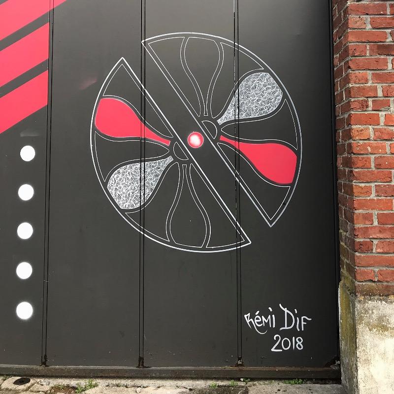 portail d'entrée du musée de la Manufacture de Roubaix, avec l'oeuvre de l'artiste Remi Dif