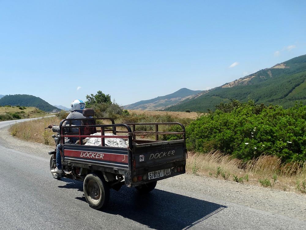 véhicule insolite dans la campagne marocaine, region du rif, road trip au Maroc en famille