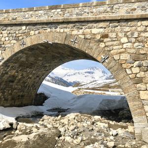 Vue prise en-dessous du Pont Charles, sur la route du Col de l'Iseran, entre Val d'Isère et Bonneval-sur-Arc, un jour de printemps