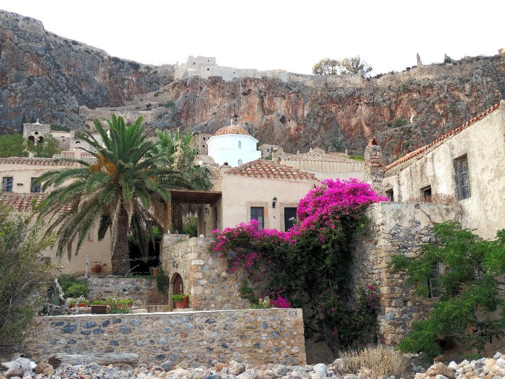 Ville basse et ville haute de Monemvasia, Peloponnese, grece, à l'heure doree