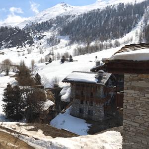 Le très joli hameau du Fornet, avec les montagnes enneigées en toile de fond (Val d'Isère, Savoie)