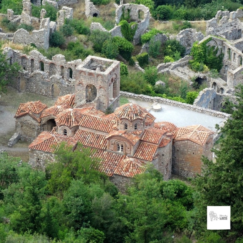 Découvrir Sainte-Sophie (Agia Sofia), parmi les ruines de la Ville haute, cité byzantine de Mystra, dans le Peloponnese, Grece