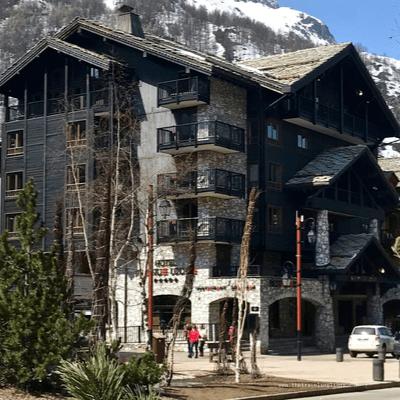 Vue de la façade de l'Hôtel avenue Lodge, à Val d'Isère. Hôtel 5 étoiles de luxe dans une des plus belles stations de ski en France
