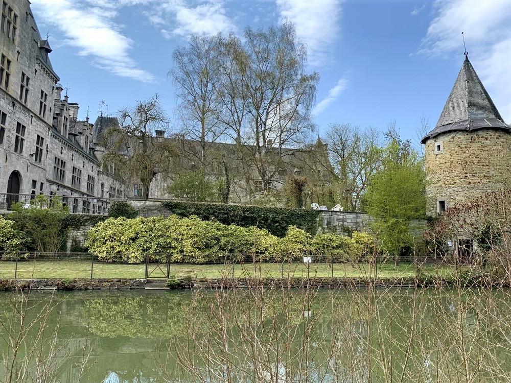 Parc naturel Burdinale Mehigne | Terres de Meuse | Tourisme en province de Liège | Le chateau de Fallais, tel qu'on le voit aujourd'hui, ne comporte plus a l'arrière du quadrilatère d'origine, que le corps de logis et la tour-colombier, dite Grignard | Tous droits réservés Carine Goffin Lion pour The traveling Lions