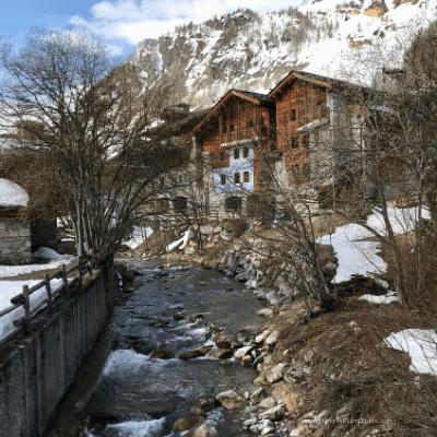 Très beaux chalets en bord d'Isère, à Val d'Isère en Savoie