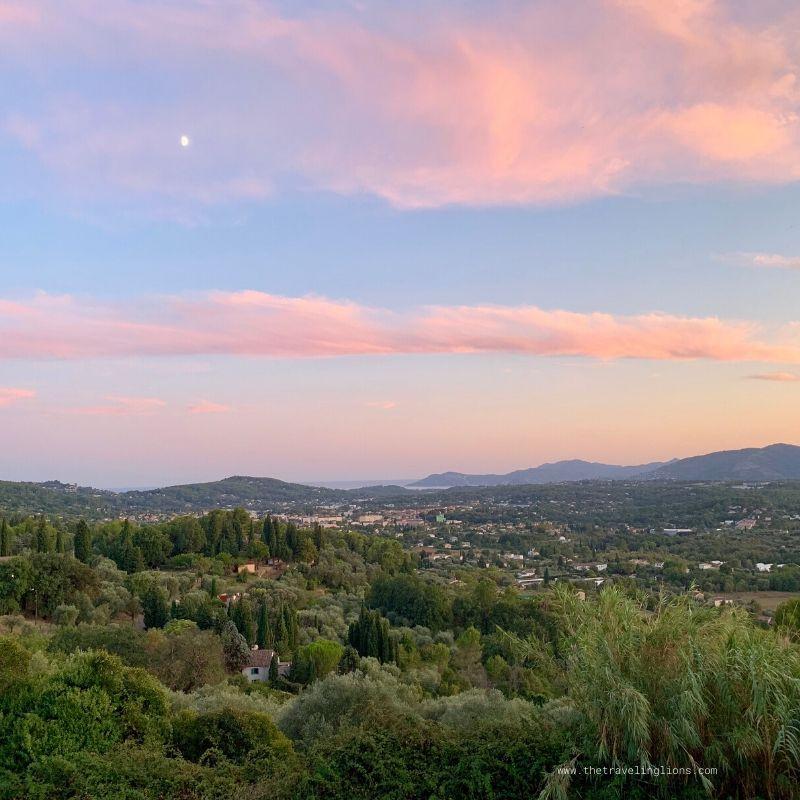 Sur la route de Plascassier, au coucher de soleil, Grasse, panorama vu du restaurant Lougolin