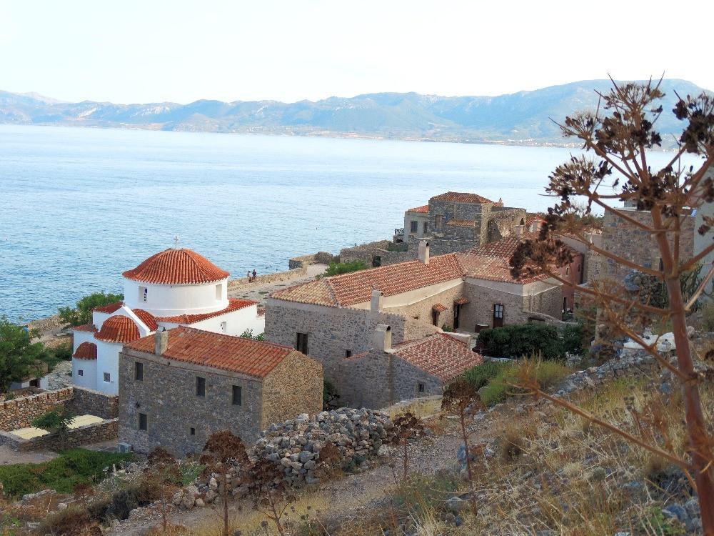 Vue sur la mer depuis la ville fortifiee de Monemvasia, dans le sude du Peloponnese, en Grece