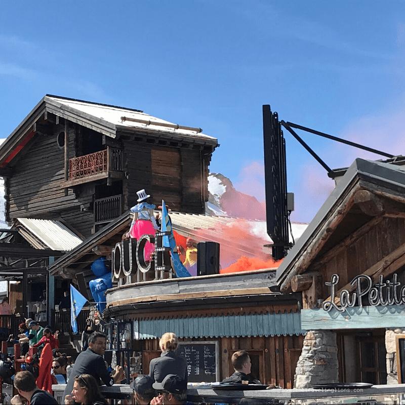 Show à la Folie douce, au sommet des pistes de Val d'Isère, station de ski mythique et luxueuse des Alpes du nord
