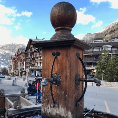 Fontaine au centre de la station de ski de Val d'Isère