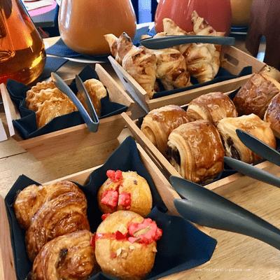 copieux et savoureux buffet de petit déjeuner à l'hôtel Avenue Lodge, à 5 étoiles , situé au centre de la station de ski de Val d'Isère