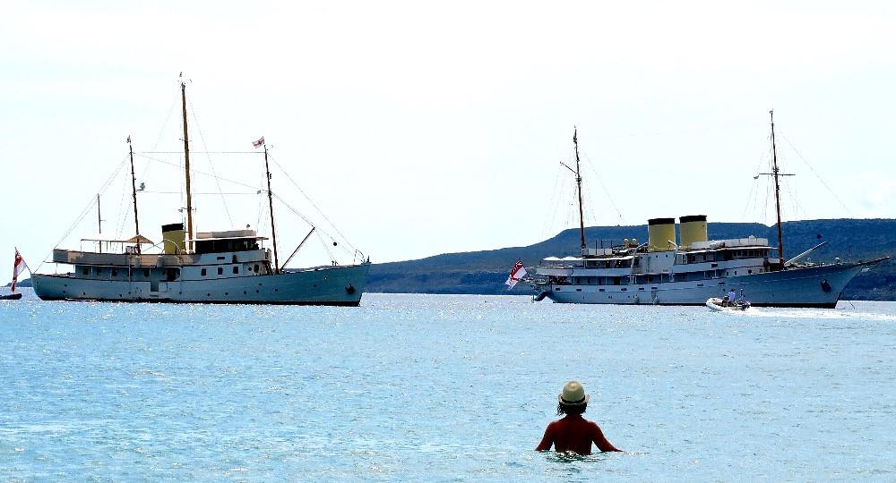 Blue Bird 1938 et Talitha, deux yachts anciens dans la baie de Simos, Elafonisos, Grèce