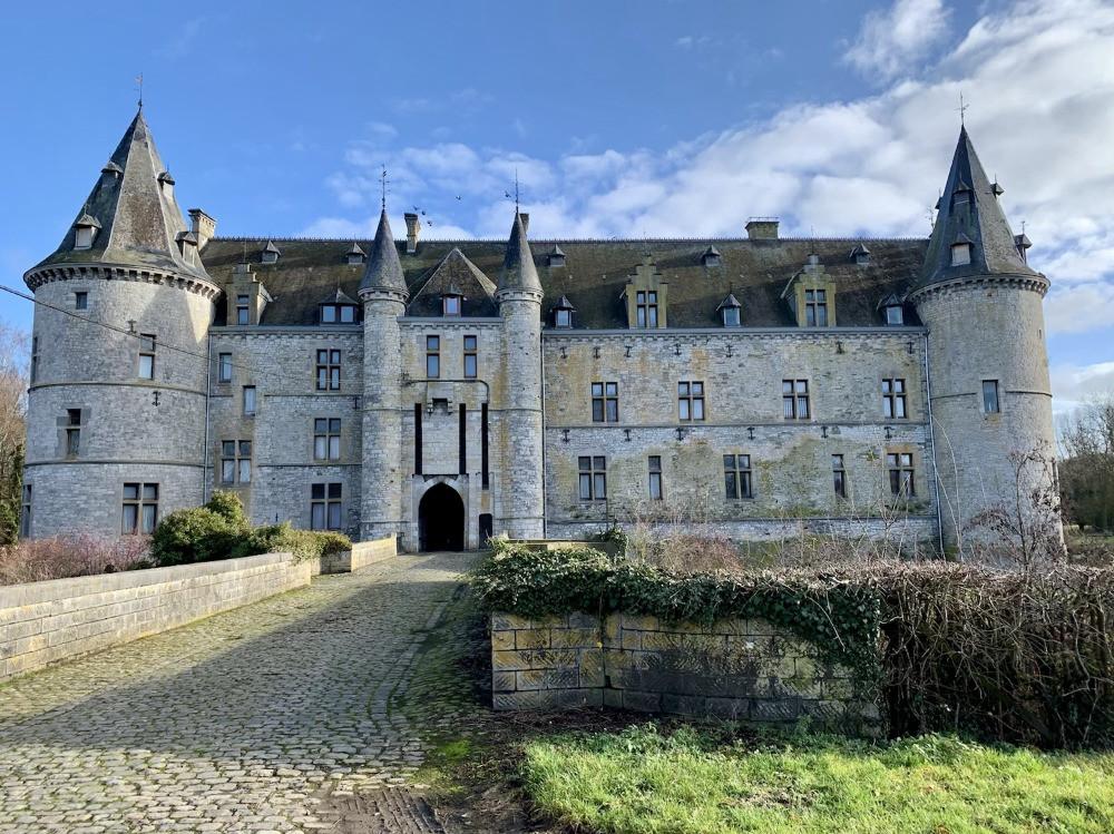 Tourisme Wallonie | Le château fort de Fallais (Braives) se situe dans le parc naturel Burdinale Mehaigne, sur le territoire des Terres de Meuse, en Province de Liège et en plein centre de la Hesbaye