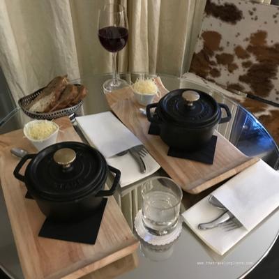 Dîner en room service dans notre chambre à l'avenue Lodge, à Val d'Isère, hôtel de luxe 5 étoiles au centre du village et de la station de ski de renommée  mondiale