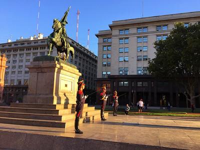 Смена караула у Каса-Росада — официальная резиденция президента Аргентины Коса-Росада