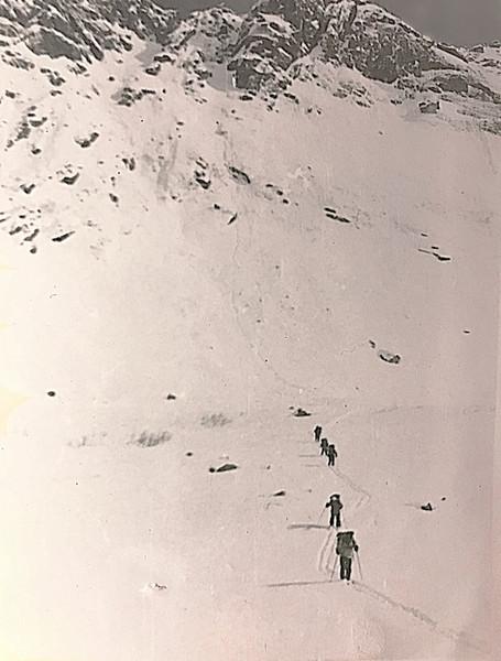 Спуск с перевала Вороньи перья