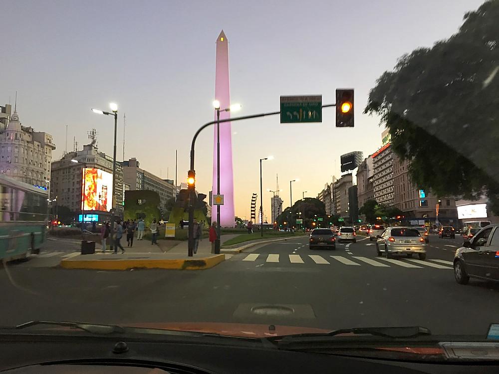 Символ города  67-метровый обелиск  считается материализацией души Буэнос-Айреса
