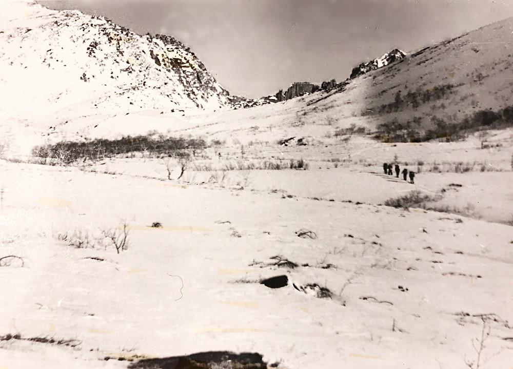 А левый северный распадок ведёт в долину р. Нилан к озеру Горному. Подъём на перевал (3, рис.4) простой, мы выходим в лыжах, не навязывая тормозил.