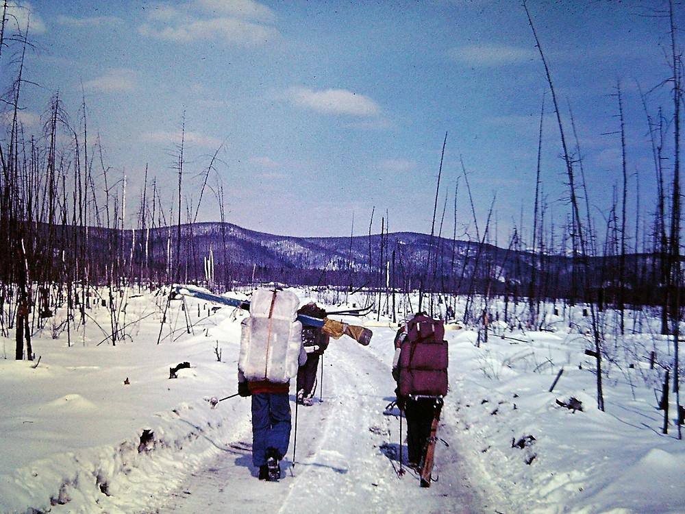 Зимник на реке Лака  skitour.club  Блог Сергея Чеботоваста у разбитого вагончика с табличкой ''Станция Аякит''.