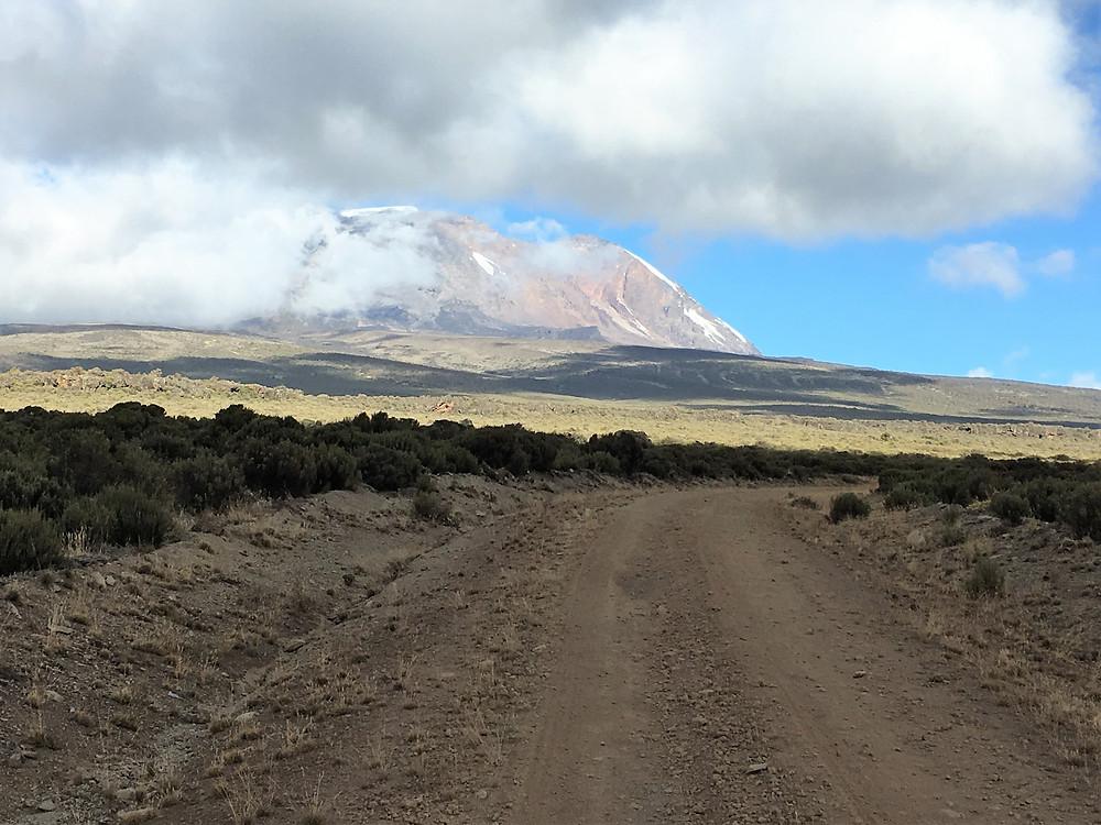 Впереди впервые показалась Килиманджаро | Блог о путешествиях и треккинге 60+ | Сергей Чеботов