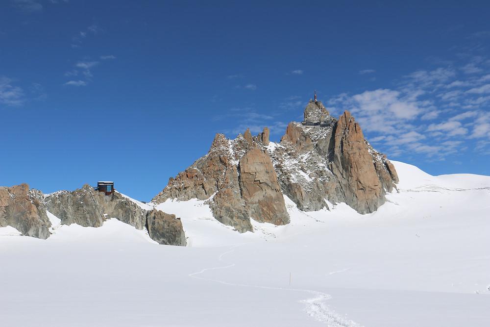Вид на приют «Космик» и пик Эгюий де Миди | skitour.club | Блог Сергея Чеботова