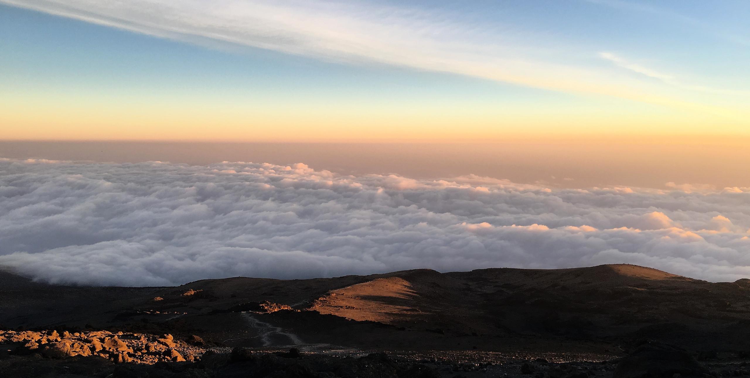 Закат на высоте 4640 м. — Килиманджаро