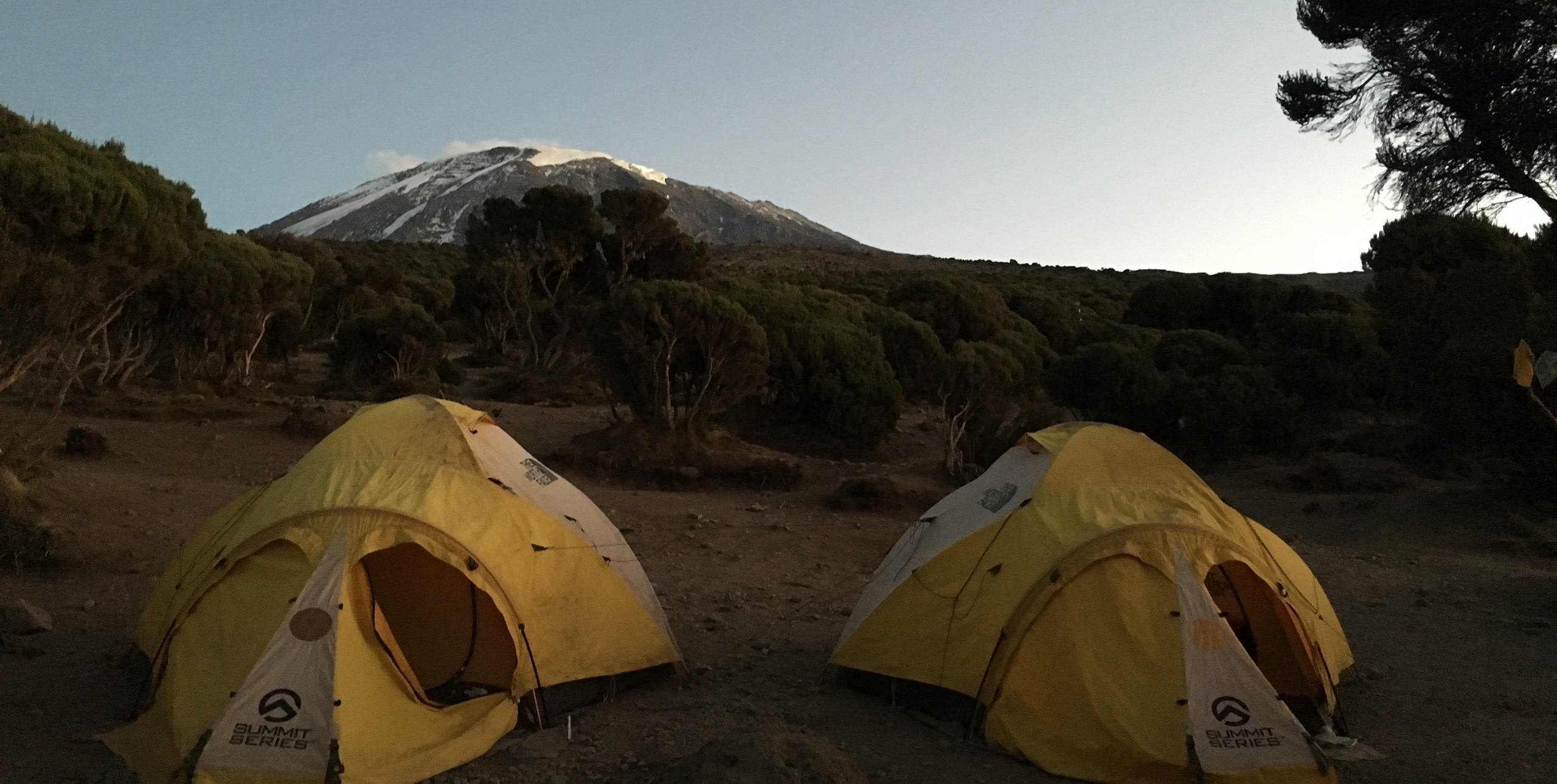 Палатка - столовая и палатка носильщиков в нашем лагере — спуск с Килиманджаро