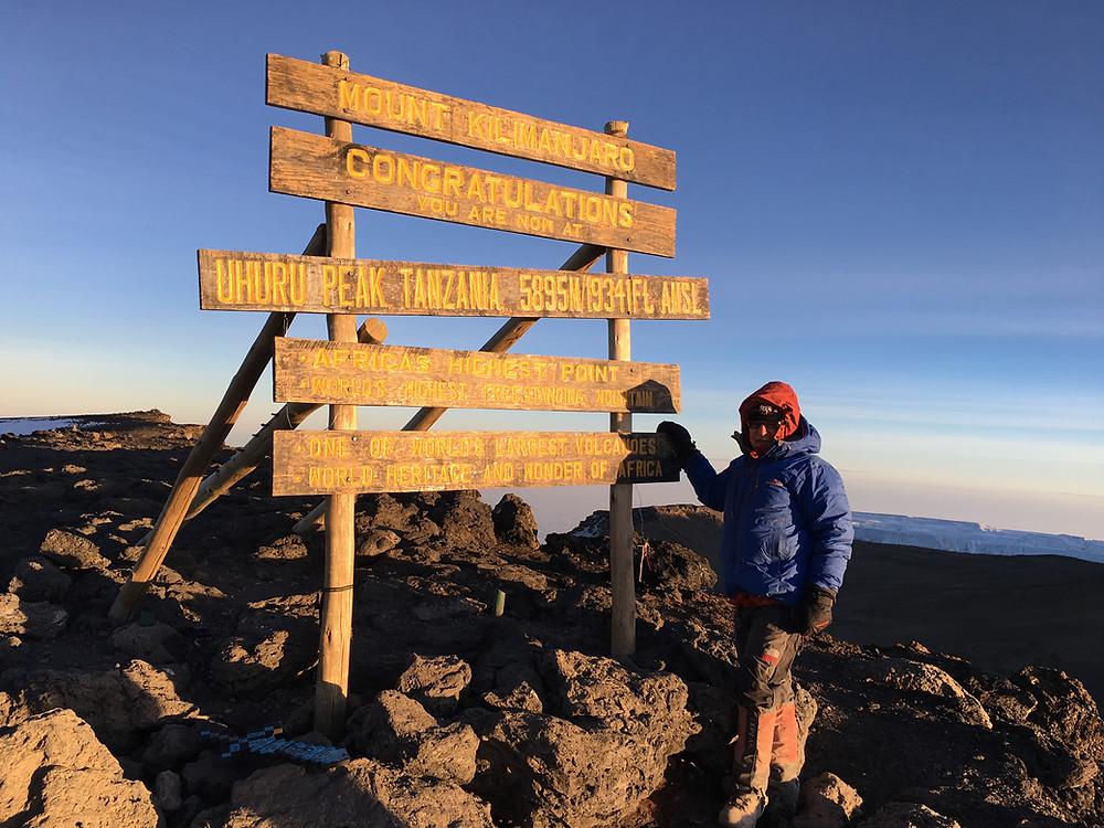 Встречаем рассвет на высшей точке Килиманджаро – пике Ухуру (5895 м).