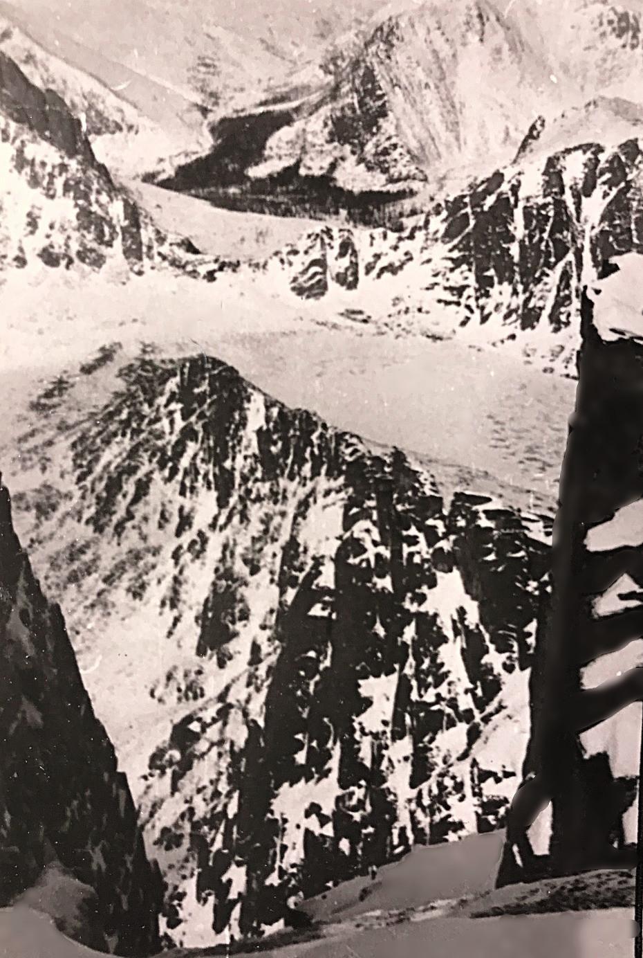 Озеро Медвежье, за ним виден перевал в реку Курайгагна