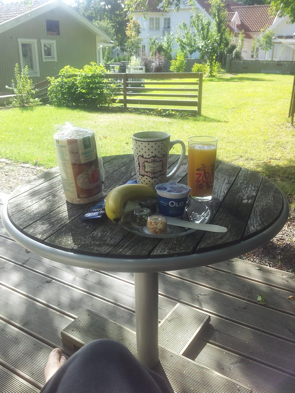 Ett frukostbord utomhus vid en stuga